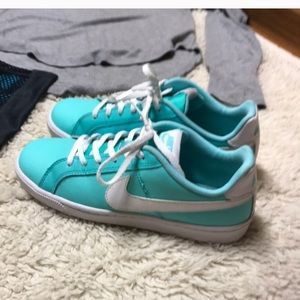 Girls Nike sneakers- perfect condition- 6Y